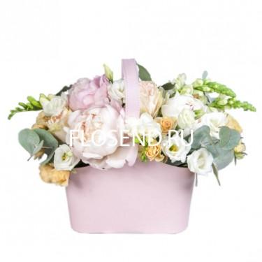 Розовые пион и другие цветы в корзине