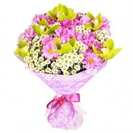 Букет из белых и сиреневых хризантем